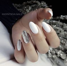Winter nails: silver and white – The Best Nail Designs – Nail Polish Colors & Trends Prom Nails, My Nails, Short Rounded Acrylic Nails, White And Silver Nails, White Oval Nails, White Almond Nails, White Glitter, Faux Ongles Gel, Nagellack Design