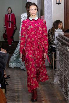 Guarda la sfilata di moda Valentino a New York e scopri la collezione di abiti e accessori per la stagione Pre-Collezioni Autunno-Inverno 2017-18.