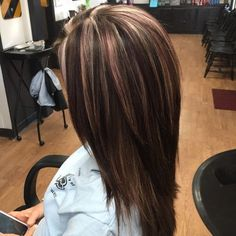 Love this color Violet Highlights, Dark Brown Hair With Highlights And Lowlights, Brunette Hair Color With Highlights, Great Hair, Medium Dark Hairstyles, Razor Cut Hairstyles, Winter Hairstyles, Haircut Medium, Dimensional Highlights