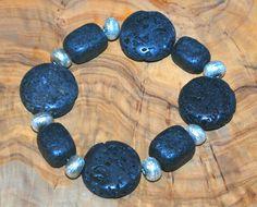Bracelet avec perles en pierre noir.  Elastique pour s'adapter à tous les poignets.