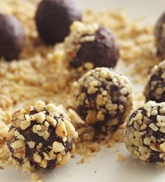 Chocolate-Date Truffles With Walnuts No Bake Summer Desserts, Easy Desserts, Delicious Desserts, Gluten Free Sweets, Healthy Sweets, Healthy Snacks, Healthy Eating, Cooking Chocolate, Chocolate Recipes