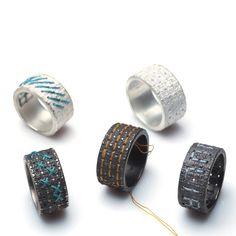 """Silberner Ring """"fil"""" zum selbst besticken!Der Ring ist in Silber hell oder Silber geschwärzt. Auf Wunsch wird der Ring gerne schon bestickt! Bitte Farbwunsch und Motiv / Text angeben.In die Oberfläche des Ringes ist die Struktur einer Stickunterlage eingearbeitet. Der Ring ist rundherum mit vielen kleinen Bohrungen versehen, so dass er mit einem Stickmuster verziert werden kann. Der Fantasie sind dabei keine Grenzen gesetzt! Es lassen sich die verschiedensten Muster, aber auch ..."""