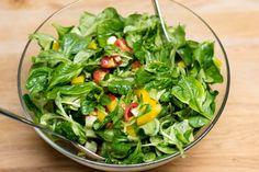 Der gemischte Salat zum Steak besteht aus reichlich frischem Feldsalat, Kirschtomaten, Salatgurke und Paprika.