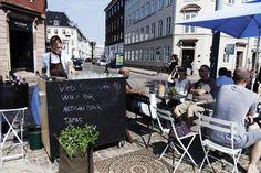 Drik et glas i solen Solen skinner, det dufter af forår, og du har lyst til vin. Dette er en guide til steder, hvor man kan få et glas udenfor. Nogle af stederne har vin og delikatesser, og et af stederne sælger endda også vintagemøbler. Få din egen bohêmeoplevelse i København, i disse sprudlende forårsmåneder.