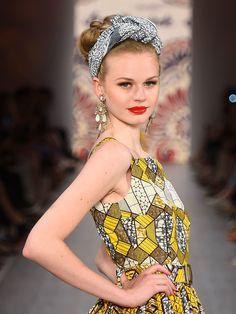 Einensexy Look im Fifties-Style, wie bei der Show von Lena Hoschek, habt ihr euch im Handumdrehen gezaubert: Für die Sommerfrisur mit Tuch die Haare locker am Hinterkopf zum Dutt zusammenbinden. Ein gemustertes Tuch falten, kurz hinter dem Haaransatz auflegen und am Oberkopf verknoten. Fertig ist die Sommerfrisur im Retro-Look!Noch mehr Frisuren gibt's hier: Retro-Frisuren