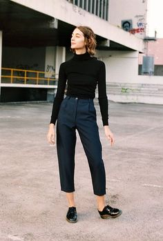 How to create minimalist looks with style - c o l i n e - - Como criar looks minimalistas com estilo Photo of street style with top turtleneck cropped black, cropped tailor& pants marine blue and oxford - Street Style Inspiration, Inspiration Mode, Style Ideas, Fashion Inspiration, Mode Outfits, Casual Outfits, Fashion Outfits, Fashion Trends, Tomboy Outfits