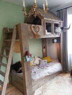 Dit prachtige steigerhouten stapelbed is een kinderbed, speelplaats en bedbank ineen. Ideaal voor kleine kamers en gezellige logeerpartijtjes.Bekijk Finn.