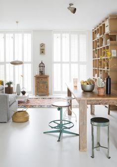 1-witte-woonkamer-met-hout binnenkijken vt wonen Ede Nelleke Alco