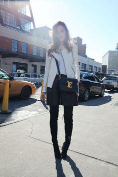 Second look during NYFW wearing Stuart Weitzman boots, Mango shorts and jacket, Louis Vuitton. El segundo look que utilice durante la NYFW con botas Stuart Weitzman, chaqueta y shorts de piel de Mango con bolso Louis Vuitton.