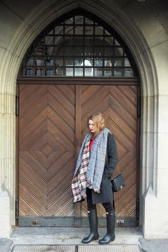 Fall Fashion  Look with Hunter Boots, Chanel Boy Bag, Banana Republic Coat, H&M Sweater, Black Skinny Jeans and a cozy Scarf. Falllook, Fall inspiration, Outfits inspiration, Outfit idea