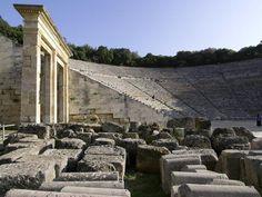 Grecia 08 Santuario de Esculapio en Epidauro Emplazado en un pequeño valle del Peloponeso, este sitio comprende un santuario dedicado al dios de la medicina Esculapio. Su culto, emanado del rendido antiguamente a Apolo Maleatas, cobró forma como muy tarde en el siglo VI a.C. y llegó ser el culto oficial de la ciudad-estado de Epidauro. Los principales monumentos del sitio, construidos en el siglo IV a.C., son el templo de Esculapio, el tholos y el teatro
