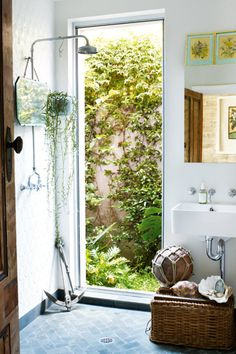So obsessed with this cottage like atmosphere. kiyoaki: (vía Marnie Skillings Sydney cottage gallery 7 of 10 - Homelife) Cottage Showers, Cottage Bath, Window In Shower, Bath Window, Open Showers, Outdoor Bathrooms, Modern Bathrooms, Wet Rooms, Beach Cottages