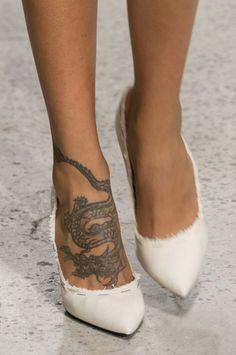 Oscar de la Renta at New York Fashion Week Spring 2018 - Tattoos Dope Tattoos, Body Art Tattoos, Small Tattoos, Foot Tattoos For Women, Foot Tattoos Girls, Cute Foot Tattoos, Rebellen Tattoo, Piercing Tattoo, New York Fashion