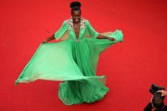 PARADIJSVOGEL Wauw, 12 Years a Slave actrice Lupita Nyong'o krijgt ons allemaal stil met deze exotische, mintgroene jurk van Gucci. Ze lijkt wel een paradijsvogel die elk moment weg kan vliegen naar een warm oord. We like!