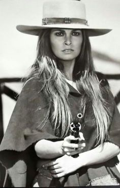 Raquel Welch As Hannie Caulder - Sexy Photos Raquel Welch, Classic Hollywood, Old Hollywood, Divas, Viejo Hollywood, Katharine Ross, Cinema Tv, Cow Girl, Portraits