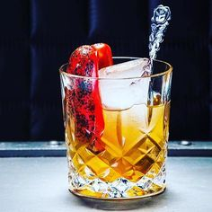 Check out the @cocktailprofessor for amazing menu ideas Cocktail Professor developed the cocktail 'Grilled Pepper Old Fashioned'. It's a variation on the classic Old Fashioned cocktail but with grilled bell pepper added to add another layer to the cocktail and the bourbon is replaced with blended malt Scotch whisky. When you grill the bell pepper other tasting notes shine trough more warm and sweet notes and a light smokiness which suits the Scotch perfectly. The aromas coming from the bell…
