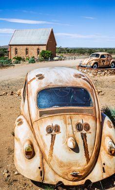 """In einem kleinen Dorf namens """"Silberton"""" in Australien liegen verlassene Oldtimer mitten in der Landschaft."""