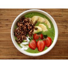 Green smoothie bowl // topped with fruit, coyo and raw cacao buckwheat granola