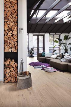 Wohnen im Modern Style mit Parkett in Eiche lebhaft cremeweiß 8541 Cottage PD400 mattlackiert. Weitere Inspirationen auf Markenboden.de #modernstyle #living #room #Wohnzimmer #chic #home #violett