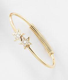 Brillante pulsera con 4 baños de oro de 18 kt con detalle de estrellas y cristales Diamonice®. Se acomodará perfectamente a tu brazo y se ve super chic sólo o con tus brazaletes favoritos. Modelo: 116126