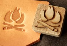 Making your own design for a leather stamp from a wood block is a great idea. Leather Carving, Leather Tooling, Leather Wallet, Leather Bag, Laser Cut Leather, Wood Carving, Leather Pattern, Sewing Leather, Diy Leather Tools