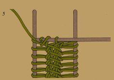 Die Gabelarbeit beim Häkeln, je nach Breite der Gabel lassen sich verschieden breite Bänder herstellen