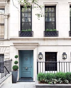 Still crushing on all the blue doors! 💙💙💙 Especially this chic one via (see our own new blue door in my stories! Home Design, Townhouse Exterior, Hm Home, Front Door Colors, Front Doors, Facade Architecture, New Blue, Classic House, Curb Appeal