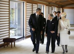 President Obama walks with with Japanese Emperor Akihito and Empress Michiko at the Imperial Palace in Tokyo. pic.twitter.com/xtKtfULazz