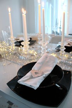 X-mas tablesettings - Home White Home Christmas Table Settings, Christmas Table Decorations, Decoration Table, Decorating Small Spaces, Decorating Your Home, Christmas Lanterns, Lanterns Decor, Elegant Dining, Silver Christmas
