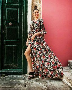 Το Σαββατόβραδο πλησιάζει και η θερμοκρασία έχει ανέβει, όπως και η διάθεση μας! Επιλέξτε το floral look που θα κλέψει την καρδιά σας και τα... βλέμματα! 🌺  #queenfashion #collection #summer #dress #floral #look #style #outfit #beaqueen