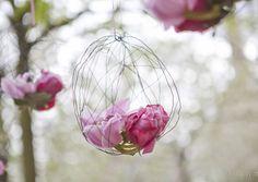 Blumenschmuck, hängende Kugeln aus Draht mit rosa und pinken Blüten (Foto: Hanna Witte) (http://www.noni-mode.de)