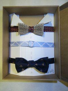 PAPILLON versione 2.0    Ora PAPILLON di CARTONE quadruplica!  Viene proposto in questa originale confezione, con tre collarini in seta, recuperata da vecchie cravatte, intercambiabili.  Nella confezione è anche presente un PAPILLON in seta, in una delle medesime fantasie del collarino: La manifattura dei collarini e del PAPILLON in seta è curata a mano da esperta sarta.