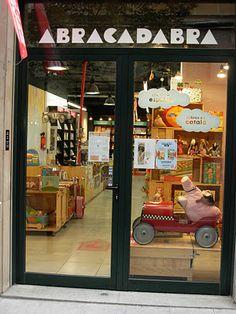 Abracadabra Llibres per a nens Library Cafe, Kids Cafe, Shop Around, Signage Design, Store Design, Baby Shop, Book Lovers, Childrens Books, Kids Boutique