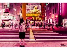 Tokyo is one of those places with a strong connotation in the collective imagination. Photographer Xavier Portela brings to life the vibrant energy of its places by adding a pink tone, which underscores the dynamic character of the Japanese metropolis.