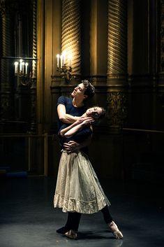 Dorothée Gilbert et Hugo Marchand répétant L'histoire de Manon de Kenneth MacMillan, dans le Foyer de la danse de l'Opéra Garnier, par James Bort.