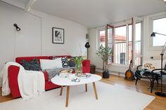 Un #canapé comme seul #mobilier vraiment coloré pour ressortir dans la #déco de l'appart via Planete Deco