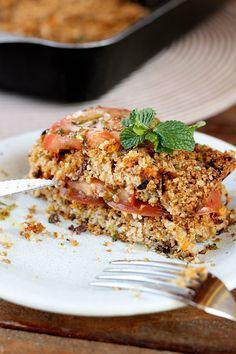 Quibe assado com tomates | Receita | herbi-voraz.com #quibe #quibevegetariano #quibevegano #quibeassado #saudável #herbivoraz