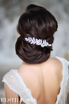 Retro Wedding Hairstyles and Updos / http://www.deerpearlflowers.com/21-inspirational-vintage-retro-wedding-hairstyles/