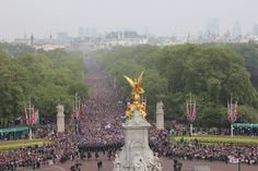 Crowds of well wishers approach the forecourt of Buckingham Palace | Flickr - Photo Sharing!