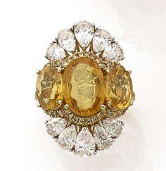 BAGUE SAPHIR JAUNE Elle est composée de trois saphirs jaunes de forme ovale bordés par deux pava