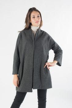 Cappotto modello 'Caban' morbido in tessuto rigato tono su tono con collo alla coreana e tasche a filetto.