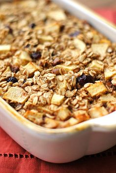 To make this clean I used Maple syrup in place of the sweetener! Apple Cinnamon Baked Oatmeal // bake on Sunday and eat throughout the week! via Eat Yourself Skinny Ww Recipes, Apple Recipes, Brunch Recipes, Cooking Recipes, Amish Recipes, What's For Breakfast, Breakfast Dishes, Breakfast Recipes, Baked Oatmeal