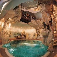 La piscina es en la interior de la casa. Es muy grande y bonita.