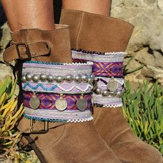 Decora tus botas con este exclusivo cubrebotas en tonos morados y lilas