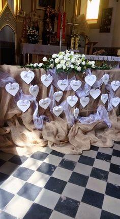 Styropianowe serca z imionami dzieci przy aranżacji kościoła podczas Pierwszej Komunii Świętej