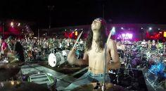 Zig Schlagzeuge, Dutzende Gitarristen und hunderte SängerInnen - die 1.000 Musiker-Band ist wieder da und hat ein ganzes Konzert gespielt. Cool!