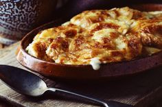 The Ultimate French Comfort Food Must Be a Gratin Dauphinois - - A French gratin Dauphinois is a classic dish and the ultimate comfort food. It is so easy to make with soft, melting potatoes plus a garlicky cream sauce. Easter Side Dishes, Christmas Side Dishes, Christmas Dinner Menu, Easter Dinner, Side Dishes Easy, Christmas Duck, Main Dishes, Scalloped Potato Recipes, France