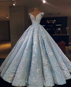 top trends fashion dresses for women's. Discover latest clothing trends from fashion's top designers, cute women's dresses online . Discover various styles and materials of dresses for women . Debut Gowns, Debut Dresses, 15 Dresses, Elegant Dresses, Pretty Dresses, Formal Dresses, Dresses Online, Fashion Dresses, Red Ball Gowns