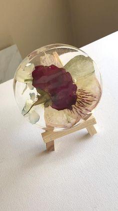 Creative Crafts, Fun Crafts, Diy And Crafts, Diy Resin Art, Diy Resin Crafts, Resin Flowers, Dried Flowers, Diy Resin Tutorial, Wooden Easel