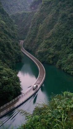Pontoon Bridge in the Hubei Province in China Südamerikanische Reiseziele Pontoon Bridge in the Hubei Province in China Beautiful Places To Travel, Wonderful Places, Beautiful Roads, Nature Photography, Travel Photography, Photography Photos, London Photography, Landscape Photography, Nature Gif